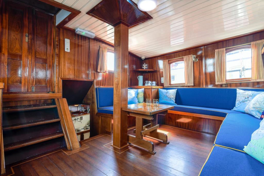 Interieur fotos van antiek zeilschip de Waterwolf, de deksalon