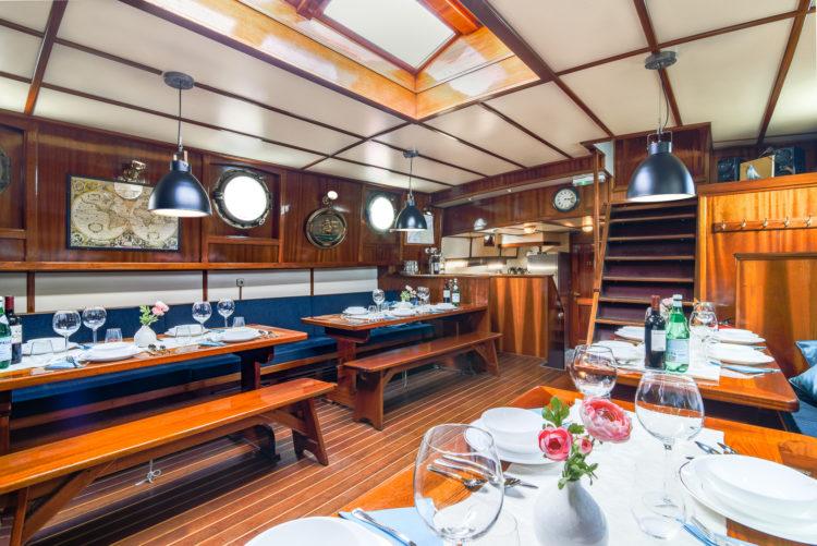 Interieur fotos van antiek zeilschip de Waterwolf, het ruim