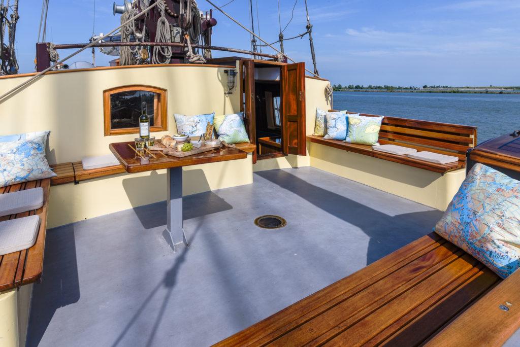 Interieur fotos van antiek zeilschip de Waterwolf, aan dek