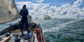 Het overzicht houden op het voordek van de Lotus, tijdens een dagje zeilen op de Waddenzee