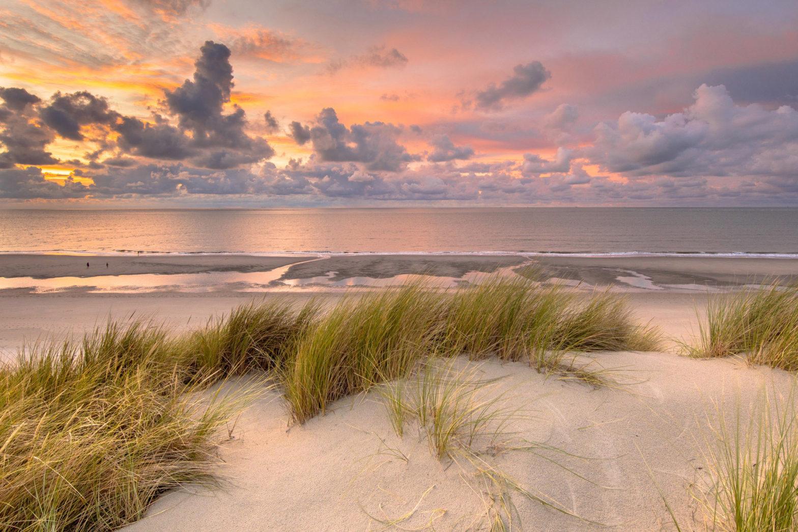 Mooie foto van de duinen op texel tijdens zonsondergang