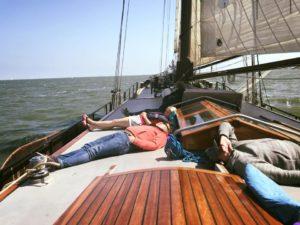 Ontspannen tijdens een zeilvakantie op de Waddenzee aan boord van het antieke zeilschip de Lotus.