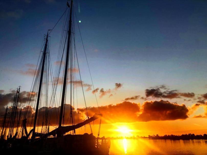Prachtige zonsondergang met wolken over het IJsselmeer in de havenstad Huizen