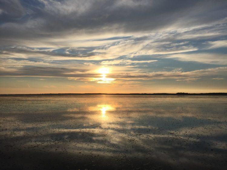 Een schilderachtige zonsondergang in het Waddengebied