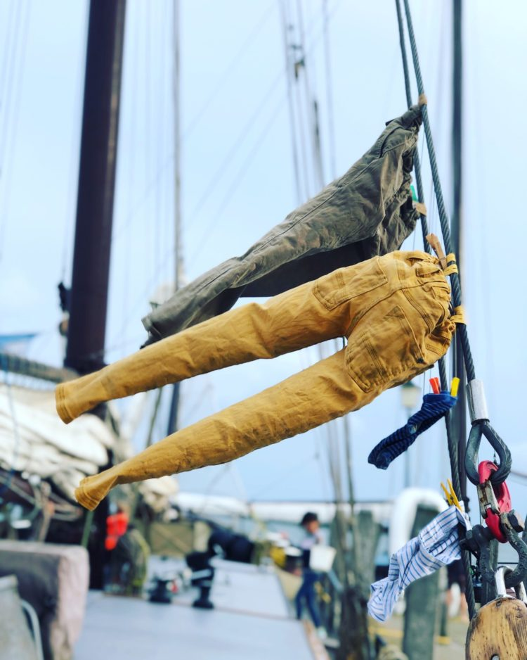 De was droogt in de wind aan boord van een zeilschip