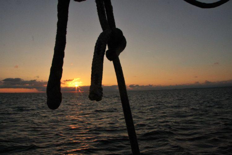 Zonsondergang op een authentiek zeilschip