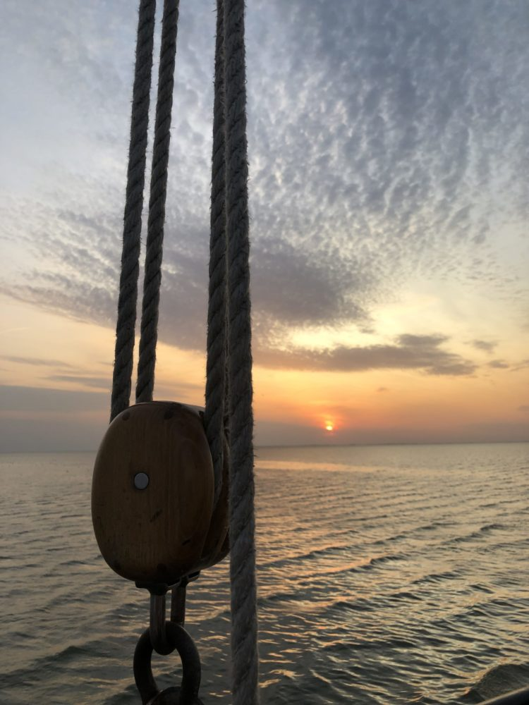 Zonsondergang op een antiek zeilschip