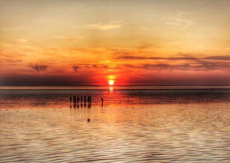 Zonsondergang op een zandbank in Nederland