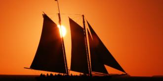 Zeilschip in de zonsondergang