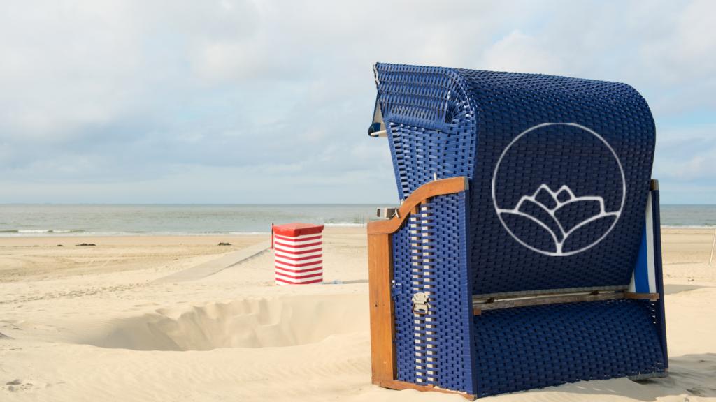 Ouderwetse strandstoelen aan de stranden van de Waddeneilanden.