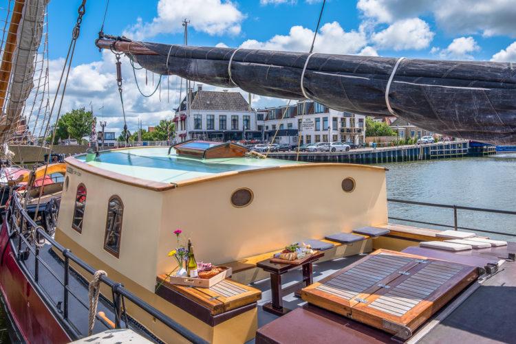 Het dek van zeilschip de Lotus