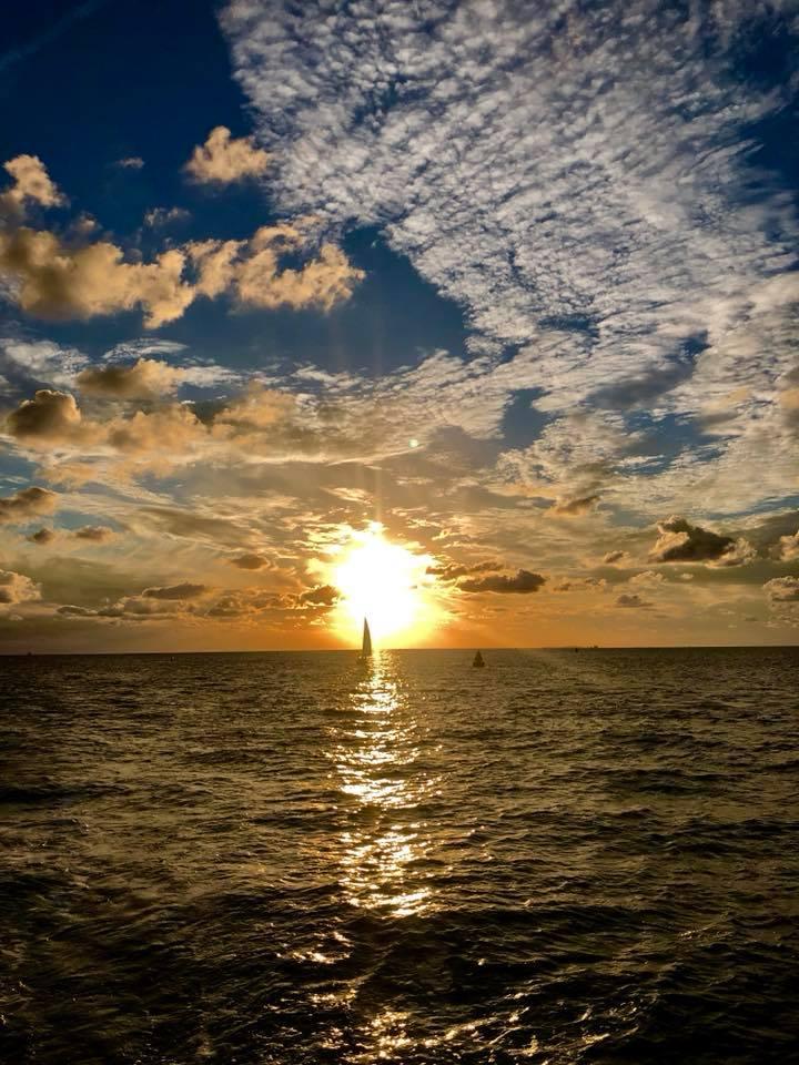 Zeilboot in de zonsondergang