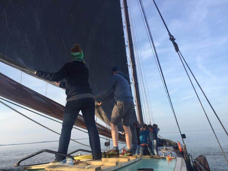 teamwork aan boord van een platbodem