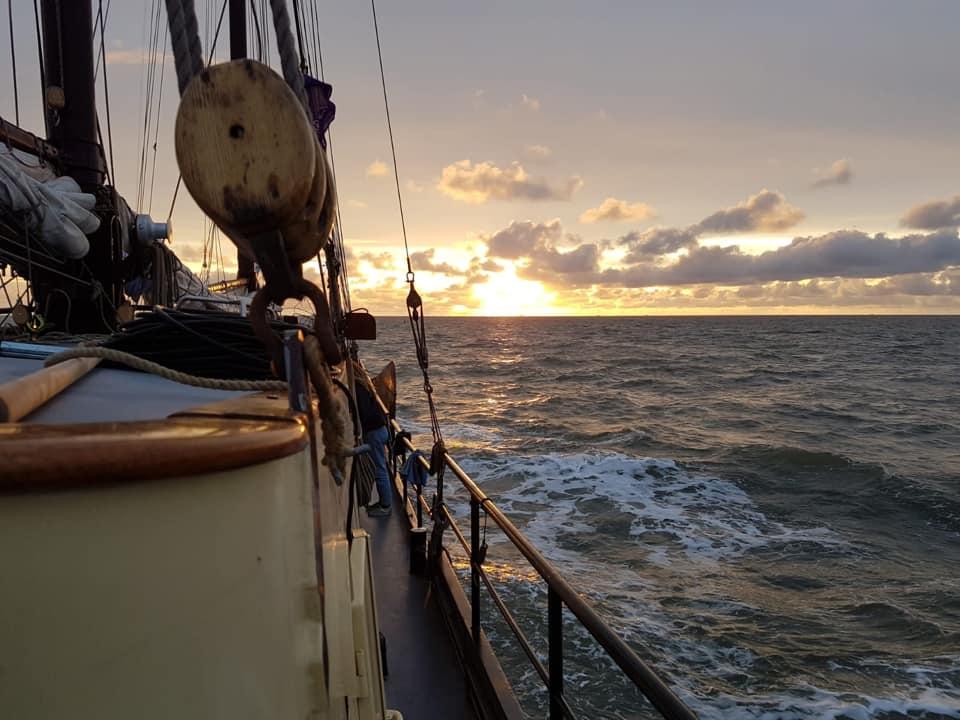 Zonsondergang tijdens een zeiltocht aan boord van de Waterwolf