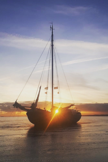 Een zeilschip droog gevallen in het Waddengebied
