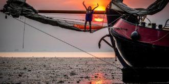 Tjalk Lotus tijdens het droogvallen op een zandbank in de Waddenzee