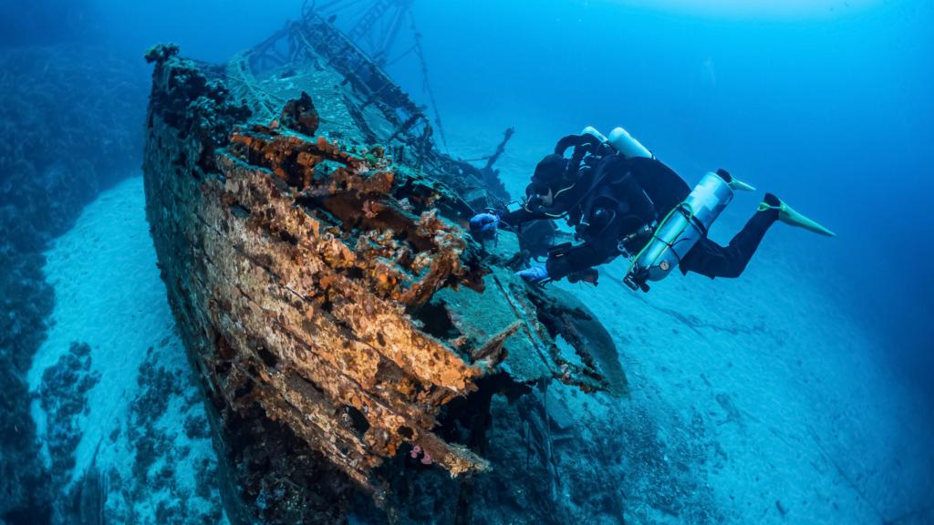 De geschiedenis van de vele gezonken schepen en hun buit zorgt ervoor dat er nog vaak naar de wrakken gedoken wordt.