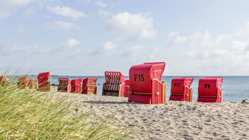 Loungen in ouderwetse strandstoelen op de Waddeneilanden
