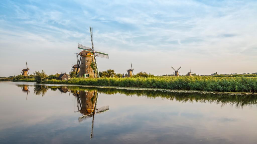 Zeil door typisch Nederlandse natuurgebieden met molens en prachtige herfst kleuren