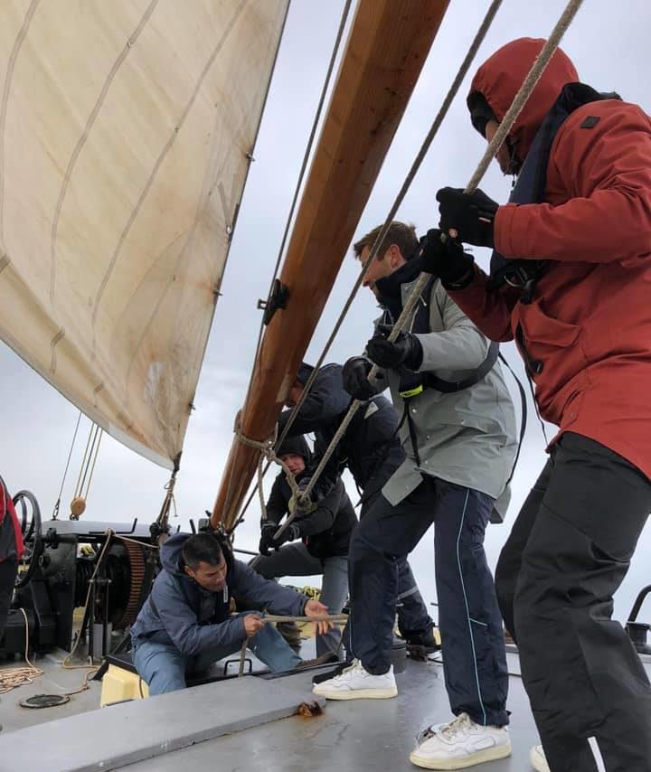 Samenwerken aan boord tijdens een weekendje zeilen op de waddenzee met een groep mensen