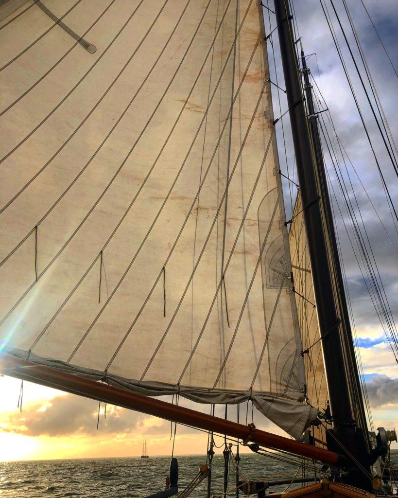 Met volle zeilen varen over de Waddenzee