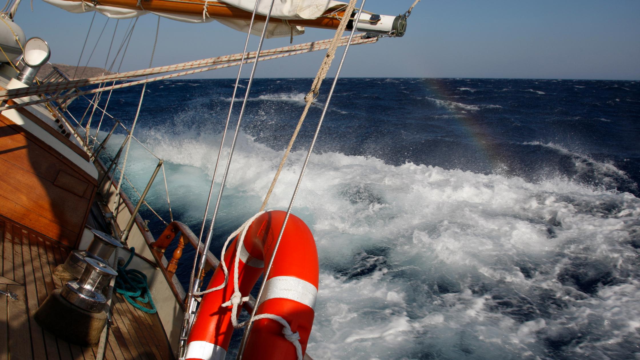 Hartes Segeln unter der Führung einer erfahrenen Crew, bei der Abenteuer und Sicherheit an erster Stelle stehen.