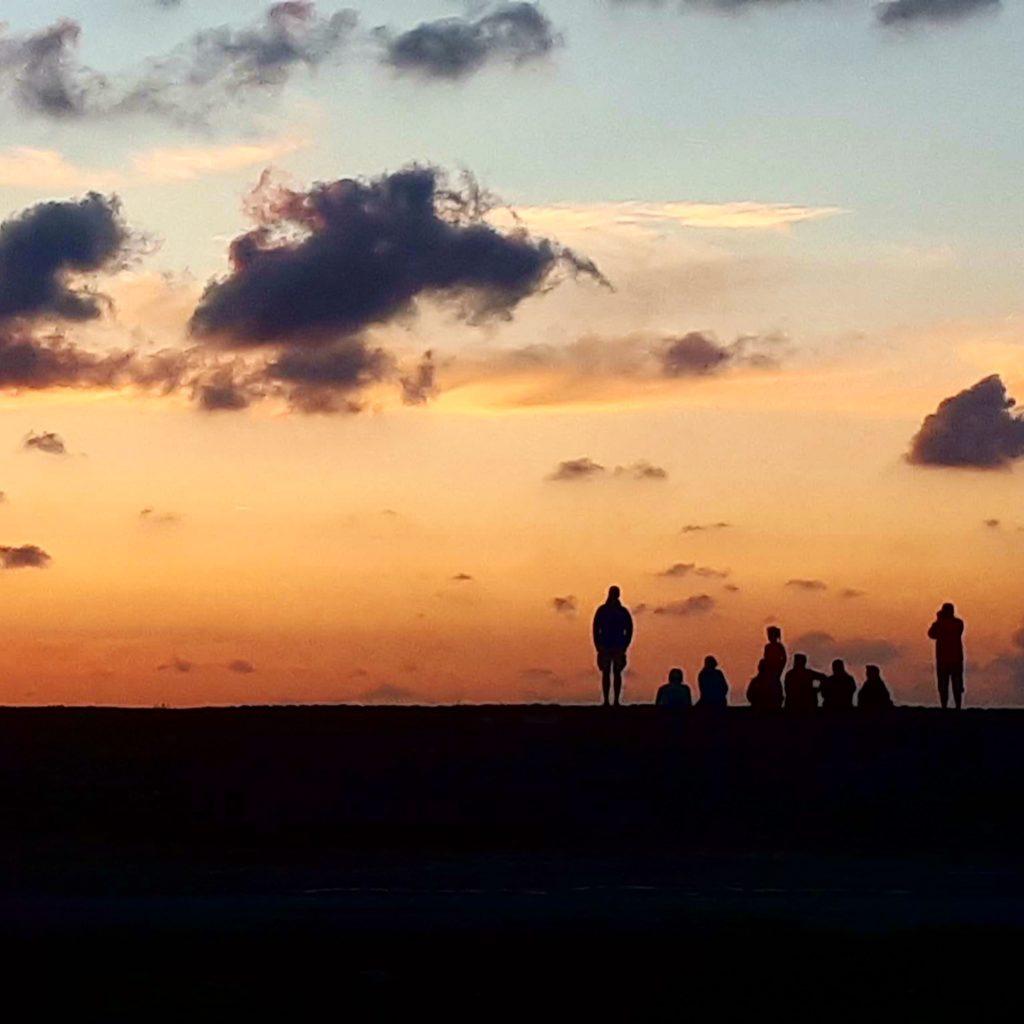 Zonsondergang kijkend op de dijk in de haven van Harlingen na een leuke zeilreis