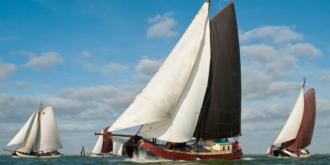 Met volle zeilen op de Waddenzee varen op een authentiek zeilschip
