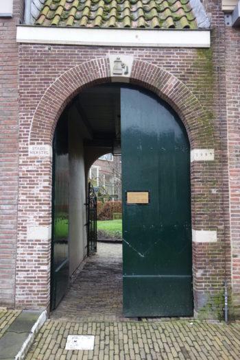 Het poortje dat toegang geeft tot de Weeshuis tuinen in het centrum van Hoorn