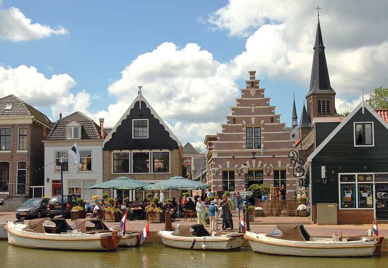 Restaurant de Koperen is in hartje Monnickendam met een gezellig terras aan het water