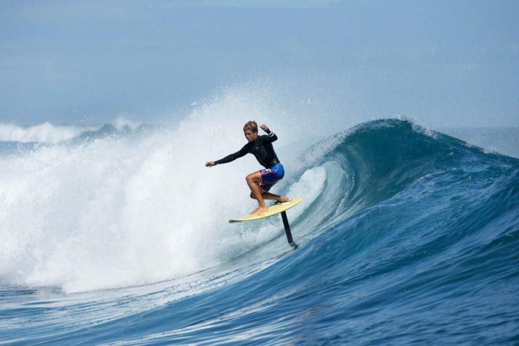 Foil surfing langs de Nederlandse kust is razend populair.