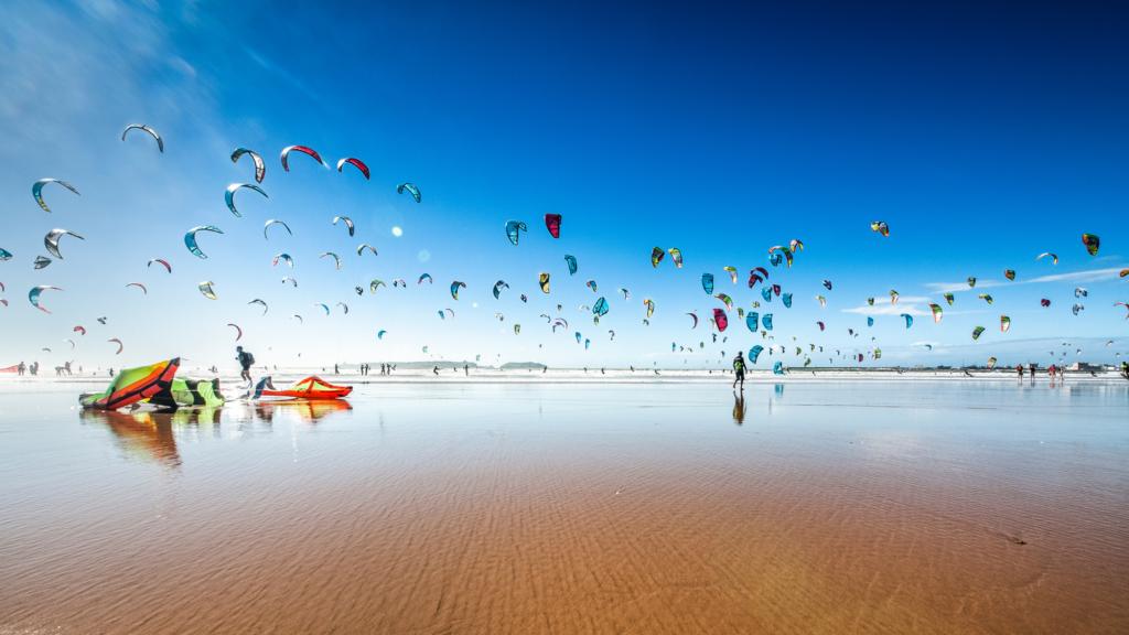 Honderden Kites aan de Nederlandse kust sieren de skyline