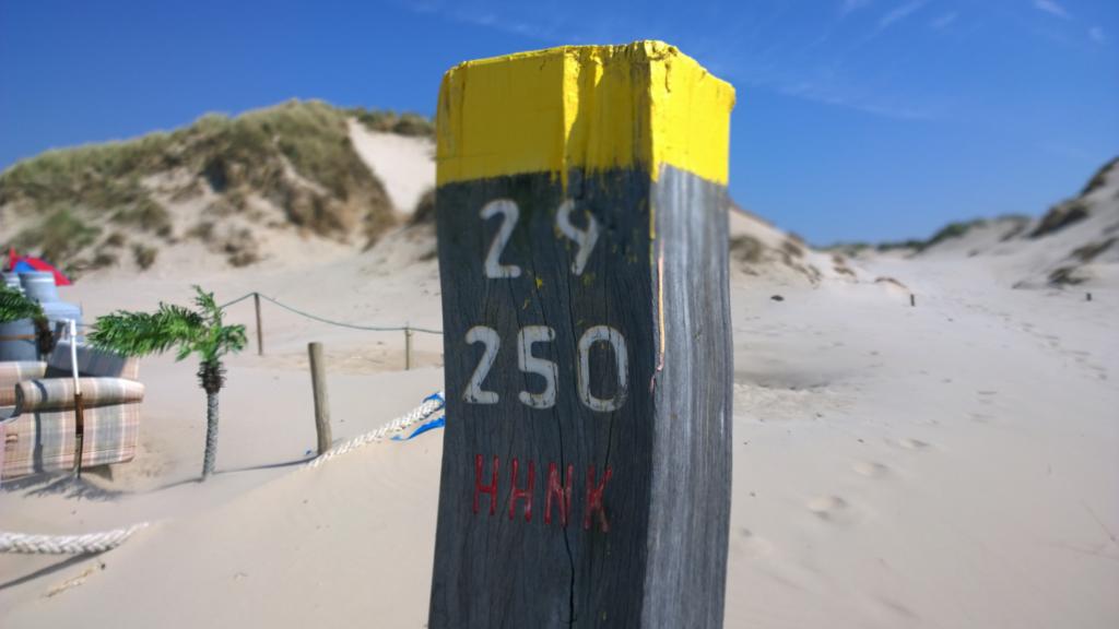 Paal bij strandopgang bij Texel