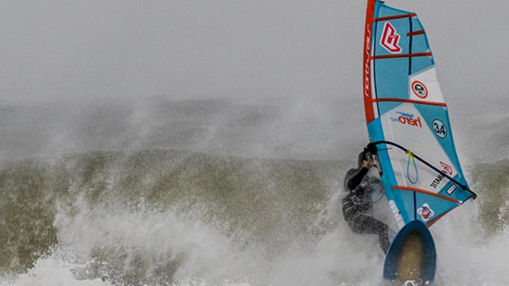 Windsurfen in Nederland tijdens een ruwe zee
